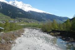 Ziemlich trockenes Flussbett des nun schon breiteren Rheins.