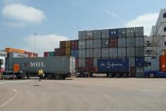 Containerterminal am Rhein.