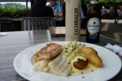 Lecker Spargeln mit Bratkartoffeln, Trutensteak und Eichbaum-Bier.