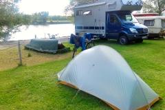 """Mein Zelt und im Hintergrund das blaue """"Bimobil""""."""