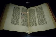 Eines der allerersten gedruckten Bücher: Die Gutenberg-Bibel (in Mainz).