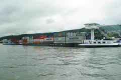 High-Tech-Container-Schiff inkl. vorgelagertem Beiboot, welches gestossen wird.