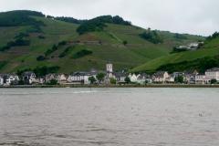 Malerisches Dörfchen im verregneten UNESCO Welterbe Kulturlandschaft Oberes Mittelrheintal.