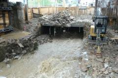 Eine Baustelle unter einer Brücke wurde vom Hochwasser in Mittleidenschaft gezogen.