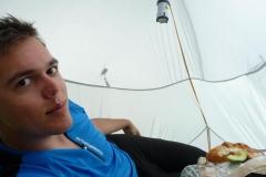 Essen im Zelt.