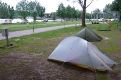 Zelte in Reih und Glied.