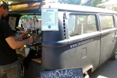 Barista an einem Food Market im Sonsbeek Park in Arnhem.
