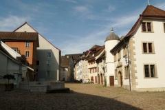 Menschenleere Altstadt von Brugg am Sonntag Morgen.