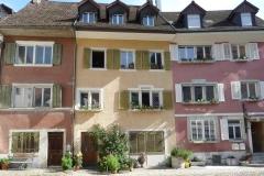 Blumig-bunte Häuser in Brugg.