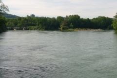 Das ganze noch von vorne fotografiert: Die Reuss kommt unter der Eisenbahnbrücke durch und vereinigt sich hier mit der Aare.