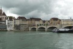 Das Schiff passt gerade knapp unter der Johanniterbrücke durch.