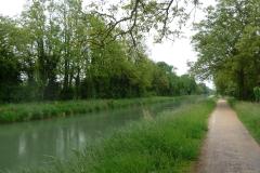 Pfeiffengerade am Canal de Huningue entlang. Der Eindruck täuscht: Das Wetter war recht regnerisch.