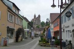 Gasse durch Breisach mit dem etwas höher liegenden Münster.