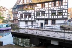 Dies ist eine Drehbrücke. Momentan ist sie gedreht, sodass das Schiff links unten durch kann.