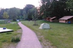 Auf dem Campingplatz in Strasbourg. (Ganz hinten am Weg mein Zelt mit der Wäscheleine.)